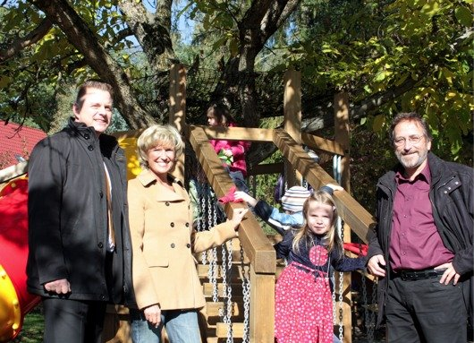 Emanuel Stiftung von Dagmar Wöhrl beim Kindergarten Regenbogen. Dr. Lutz Wiske, Vorsitzender des Elternbeirats, Dagmar Wöhrl und PfarrerJohannes Scholl