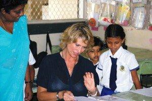 Maedchenschule-Sri-Lanka-Lernen-mit-Maedchen