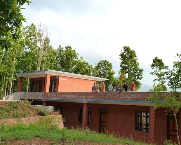 Spiel und Spaß auf dem Dach unseres Study Center-Gebäudes. Das Dach wurde mit einer Mauer gesichert und den Kindern der unbeaufsichtigte Zugang erlaubt.