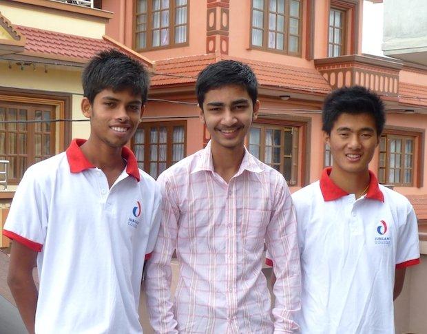 Drei strahlende Gesichter in Kathmandu: Die Jungen Miraj, Kamal und Binaya haben die entscheidende Prüfung der 10.Klasse mit besonders guten Noten abgeschlossen und werden die beiden letzten Schulstufen mit Schwerpunkt auf Naturwissenschaften in der Hauptstadt absolvieren.