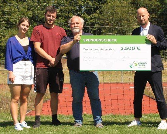 Wöhrl-Geschäftsleiter Sebastian Winnig überreichte nun die Spende an Horst Wagner, Vorsitzender Sport für alle e.V.