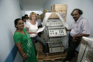 Dagmar Wöhrl Babyhospital Galle Sri Lanka Ankunft EKG und Roentgengeraete