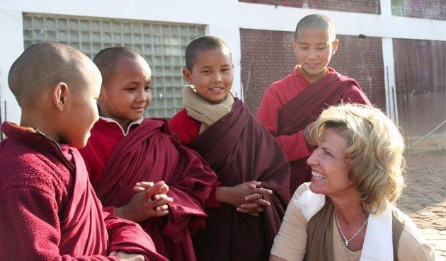 Dagmar-Woehrl-in-Nepal-mit-jungen-Moenchen