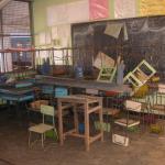 Mahamaya-Grundschule Hikkaduwa Sri Lanka reste an Tischen und Stuehlen