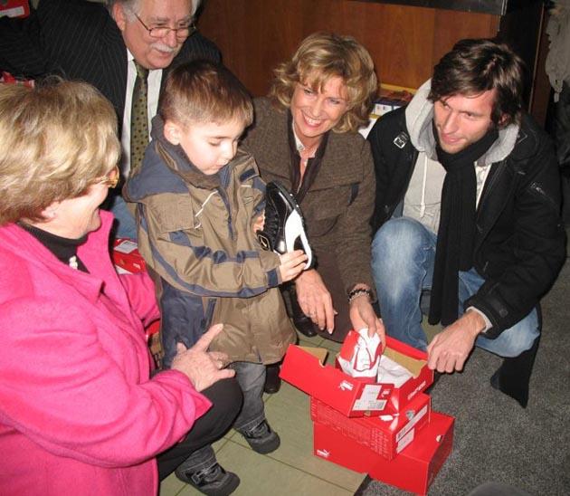 Nürnberger Tafel erhält 1.000 Paar Schuhe von Emanuel-Stiftung