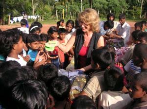 Dagmar Wöhrl Waisenhaus bei Hikkaduwa Sri Lanka Ausgabe Schuhe und Decken